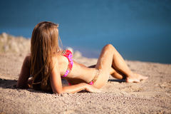 Menina longa do cabelo no biquini na praia Imagem de Stock