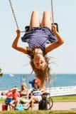 Menina louca brincalhão no balanço imagens de stock
