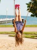 Menina louca brincalhão no balanço Fotografia de Stock