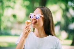 Menina louca do moderno novo exterior do retrato que come ?culos de sol do espelho do tempo do ver?o do gelado foto de stock royalty free
