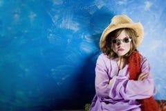 Menina louca em um chapéu e em vidros Fotos de Stock