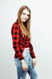 Menina loura adolescente do moderno consideravelmente à moda dos jovens que levanta emocional isolado no sorriso fresco de sorris Fotografia de Stock Royalty Free
