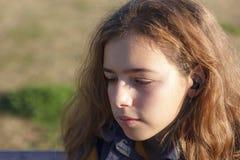 Menina loura adolescente triste com parte externa longa de fluxo do cabelo fotos de stock royalty free