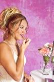 A menina loura adolescente - vestido de partido - senta-se na vaidade Foto de Stock Royalty Free