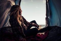 Menina loura agradável em uma barraca na costa Foto de Stock Royalty Free