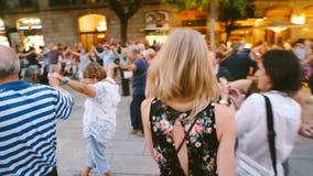 A menina loura anda com a Espanha de dança de Barcelona da multidão Noite do verão festivities Imagens de vídeo editoriais video estoque