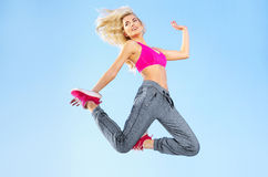 Menina loura apta que faz exercícios Imagens de Stock Royalty Free