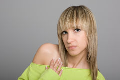 Menina loura atrativa com um hairdo elegante Fotografia de Stock Royalty Free