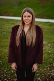 Menina loura bonita com casaco de pele Foto de Stock