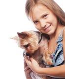 Menina loura bonita com o cão bonito do yorkshire terrier fotografia de stock royalty free