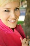 Menina loura bonita com um sorriso bonito fotografia de stock