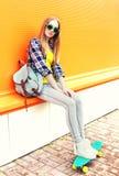 Menina loura bonita da forma com skate imagens de stock royalty free