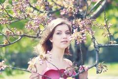 Menina loura bonita em um parque imagens de stock royalty free