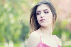Menina loura bonita em um parque imagem de stock