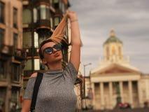 Menina loura bonita na rua Imagens de Stock Royalty Free
