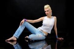 Menina loura bonita nas calças de brim Fotografia de Stock