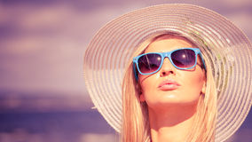 Menina loura bonita no chapéu na praia Foto de Stock Royalty Free