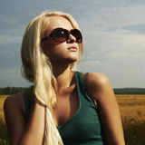 Menina loura bonita no field.beauty woman.sunglasses foto de stock