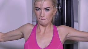 Menina loura bonita nova que exercita no gym video estoque