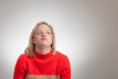 Menina loura bonita nova que Shrugging seus ombros imagens de stock