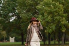 Menina loura bonita que anda no parque Imagem de Stock Royalty Free