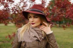 Menina loura bonita que anda no parque Imagens de Stock