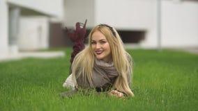Menina loura bonita que anda no parque Fotografia de Stock Royalty Free