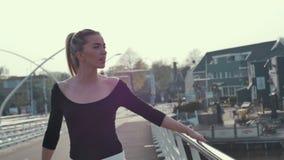 Menina loura bonita que está na ponte filme