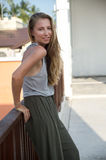 A menina loura bonita que levanta na rua na roupa elegante Fotografia de Stock Royalty Free