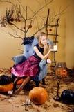 Menina loura bonita que selebrating o Dia das Bruxas no interior feericamente, conceito de sorriso feliz dos povos do estilo de v imagem de stock royalty free