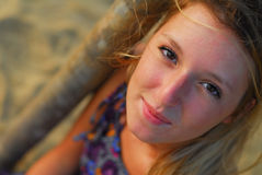 Menina loura bonita que sorri na câmera Imagem de Stock