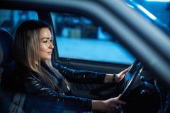 Menina loura bonita 'sexy' que conduz um carro Foto de Stock