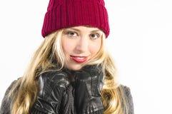 Menina loura bonito com chapéu de lãs Imagens de Stock
