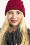 Menina loura bonito com riso do chapéu de lãs Imagens de Stock