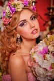 Menina loura com composição e penteado incomuns fotografia de stock