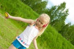 Menina loura com dança dos fones de ouvido foto de stock royalty free
