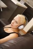 Menina loura com fones de ouvido Fotografia de Stock