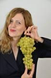 A menina loura com grupo de uvas vestiu-se no terno do escritório Imagens de Stock