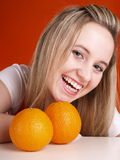 Menina loura com laranjas Foto de Stock Royalty Free