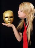 Menina loura com máscara do ouro imagens de stock