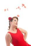 Menina loura com pétalas cor-de-rosa Imagem de Stock