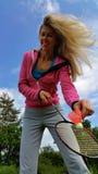 Menina loura com a raquete de badminton na mão fotos de stock