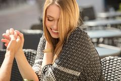 Menina loura com sorriso bonito em uma data foto de stock royalty free