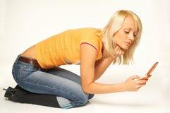Menina loura com telefone de pilha fotografia de stock royalty free