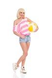 Menina loura com uma bola de praia Fotografia de Stock