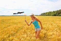 A menina loura com uma mata-moscas de mosca conduz afastado o zangão fotos de stock