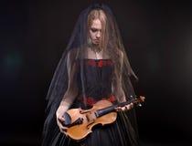 Menina loura com violino preto da terra arrendada do véu Imagem de Stock Royalty Free
