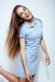 Menina loura consideravelmente à moda do moderno dos jovens que levanta emocional isolado no sorriso fresco de sorriso feliz do f Imagem de Stock