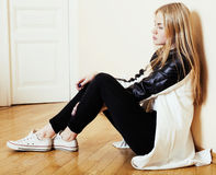 Menina loura consideravelmente adolescente dos jovens que senta-se em sozinho triste do desespero do assoalho em casa, conceito d Imagens de Stock Royalty Free