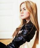Menina loura consideravelmente adolescente dos jovens que senta-se no desespero do assoalho em casa Imagem de Stock